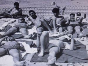 מנוחת שיזוף בשבת, פלוגה ח' ברפידים, 1969: טובי מימין למרכז יושב חצי זקוף