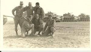 גדוד שריון 195 בגזרה הצפונית של התעלה נראה דוד ראשון משמאל עם חבריו לפלוגה.
