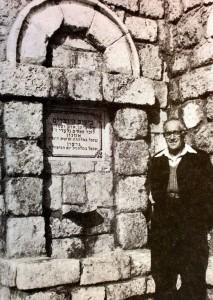 """דוד גלעדי ז""""ל במוזיאון הארץ בפינת ההנצחה לזכר שני הבנים, מתוך ספר הזכרון שהפיקה המשפחה לזכרם - מאלבומו של עידן עופר"""