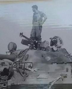 """מ""""פ ח שוקה בר-און ז""""ל על טנק מצרי במהלך המלחמה...צולם ע""""י אייבי רותם"""